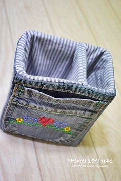 Caja reciclada con vaqueros o jean. Sirve para guardad multitud de cosas y queda muy decorativa y original.
