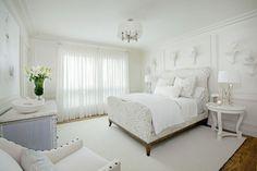 tapis blanc neige, lit deux places, table chevet blanc laqué et suspension design assortie