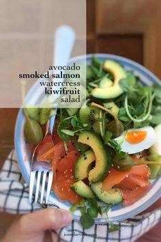 Heres a quick and easy lunch for you to try out one day: you will love this smoked salmon salad with kiwifruit fresh avocado watercress and boiled eggs! Healthy Snacks, Healthy Eating, Healthy Recipes, Smoked Salmon Salad, Bacon, Avocado Salat, Easy Salmon Recipes, Fresh Avocado, Mediterranean Diet Recipes