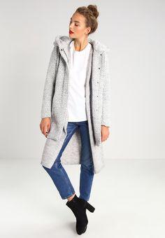 Mäntel für Damen aus Wolle in Geschäften sowie in Online-Shops. Schau Dir die…