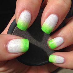 unhas degrade branco verde