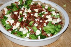 1 broccoli    * 200 g bacon i tern    * 100 g feta    * 3 æg    * 2 dl piskefløde    * salt og peber    * evt. lidt ost til toppen