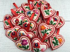 A history of Hungarian Embroidery – Matyó Shabby Chic Embroidery, Crewel Embroidery, Vintage Embroidery, Flower Embroidery Designs, Embroidery Patterns, Crochet Ruffle Scarf, Vintage Jewelry Crafts, Hungarian Embroidery, Felt Brooch