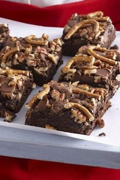 Brownies with Dulce de Leche, Pecans and Pretzels Pretzel, Milk Caramel and Pecan Brownies Gourmet Desserts, Fall Desserts, Just Desserts, Sweet Desserts, Christmas Desserts, Holiday Treats, Delicious Desserts, Best Brownie Recipe, Brownie Recipes
