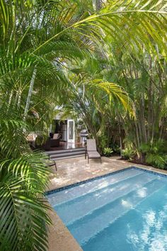 Just steps out of this historic Key West cottage is a relaxing swimming pool surrounded by gorgeous palms for an oasis-like backyard. The deck features dark, glossy wood and comfortable wicker furniture, creating a family-friendly outdoor living space. Tropical Backyard, Tropical Houses, Tropical Pool Landscaping, Pool Backyard, Backyard Landscaping, Key West Cottage, Children Swimming Pool, Moderne Pools, Mini Pool
