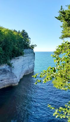 best hikes in pictured rocks. michigan hiking trails. things to do in michigan. upper peninsula, up north. midwest road trip. lake superior. national park vacation. pictured rocks national lakeshore. great lakes vacation. adventure vacation ideas. usa travel destinations. united states. america. Michigan Vacations, Michigan Travel, Backpacking Trails, Hiking Trails, States America, United States, North Country Trail, Pictured Rocks National Lakeshore, Indiana Dunes