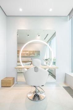 elle decor White on White: New Beauty Salon in Yekaterinburg Design Salon, Salon Interior Design, Room Interior, Interior Design Living Room, Makeup Studio Decor, Beauty Salon Decor, Home Salon, Beauty Salon Interior, Glam Room