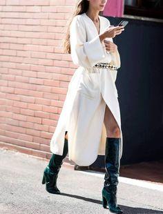Robe midi portefeuille + bottes hautes cirées noires = le bon mix (photo Sandra Semburg)