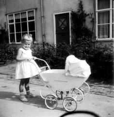 . Little Girl Toys, Toys For Girls, Little Girls, Baby Kind, Pram Stroller, Baby Strollers, Baby Buggy, Dolls Prams, Childhood