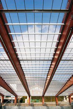O processo de colagem permite construir, a partir de tábuas com menos de cinco metros, vigas de madeira com mais de 40 metros de comprimento