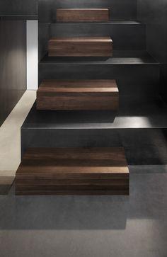 Mooie kleur hout, zeker in contrast met het donkergrijze staal, maar zeker niet als trap