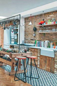 A mais nova tendência para a decoração de cozinhas é apostar no efeito Mix&Match :) Perfeito não só para os indecisos, mas também para criar um visual moderno e criativo nesse ambiente que acaba sendo o coração da casa, a combinação de materiais e cores diferentes cria interesse, movimento e…