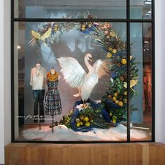 Anthropologie created festive Holiday windows where each window show different type of birds, also called as the feathered friends. Holiday Store, Holiday 2014, Christmas 2014, Holiday Ideas, Retail Windows, Store Windows, Anthropologie Display, Christmas Window Display, Christmas Windows