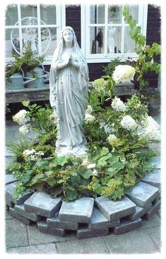 Een plekje in de tuin We are want to say thanks if you like to share this post t. Garden Yard Ideas, Garden Projects, Garden Art, Garden Design, Prayer Garden, Meditation Garden, Marian Garden, Sacred Garden, Prayer Corner