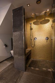 NatuursteenTotaalBV | Badkamer bekleed met goud mozaïek. Keramische betonlook tegels. Strak stucwerk.