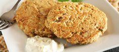 Tonijnburger met frisse dip. Ingrediënten: • 1 blikje tonijn in water a 150 gr • 2 eieren • ½ kopje quinoa vlokken (te koop bij Ekoplaza) • 1 eetl verse bieslook, fijn gehakt • Olijfolie om in te bakken • Snufje zout en peper Dip: • ¼ kopje light mayonaise (of yogonaise) • 1 eetl verse basilicum, fijngehakt • 1 theel wijnazijn • Schil van ½ citroen