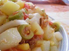 Ensalada veraniega de patatas - Con la llegada del verano solo nos apetece comer cosas fresquitas y ligeras. Las ensaladas son una de las primeras soluciones a las que solemos recurrir, aunque a veces nos resulta complicado variarlas o hacer que sean consistentes para evitar tener hambre cada media hora. La ensalada que os... - http://www.lasrecetascocina.com/2011/06/04/ensalada-veraniega-de-patatas/