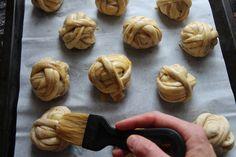 Skikkelig saftige kanelboller - krem.no Food And Drink, Baking, Cake, Bakken, Kuchen, Backen, Torte, Cookies, Sweets