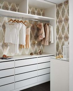 i love this closet & the wall paper