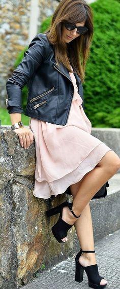 Lindo vestido con chaqueta de cuero y tacones negros
