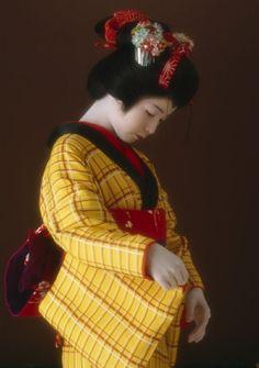 "taishou-kun: "" Hoshino Komaro 星野 小麿 Kihachijou 黄八丈 (yellow silk cloth) - Model Soga Kyoko - Ukiyo-e break 浮世絵くずし Art Exhibition - Japan - 1984 Source ambition-photogallery.com """