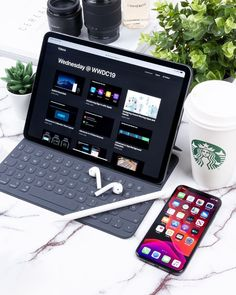 We& compiled the best office desk setup ideas and ergonomic desk setups for you! Cool Office Desk, Computer Desk Setup, Office Setup, Tablet Computer, Ipad Tablet, Schul Survival Kits, Modelos Iphone, Accessoires Iphone, Ipad Pro 12