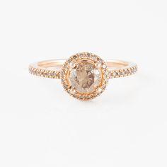 RING, med briljantslipad brun diamant ca 0.80 ct samt små briljantslipade diamanter.