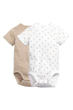 2-pack bodysuits: CONSCIOUS. Short-sleeved bodysuits in ribbed organic cotton jersey with a concealed press-stud on one shoulder and at the crotch. One in a solid colour and one with an all-over print.