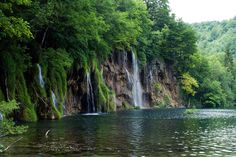 Cool waterfall image, 1920x1285 (1113 kB)