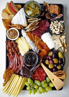How to arranging the perfect cheese board—it is more simple than you might think. For a stunning charcuterie, fruit, and cheese plate, you just need a few staples. Plateau Charcuterie, Charcuterie Platter, Antipasto Platter, Charcuterie Cheese, Gourmet Recipes, Cooking Recipes, Healthy Recipes, Gourmet Foods, Appetizers For Party