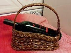 Porta vinhos feito com canudos de jornal