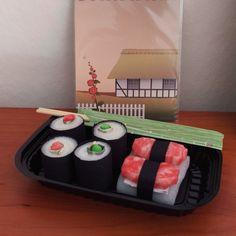 Pengegave klædt ud som sushi Noah, I Card, Sushi, Lunch Box, Boxes, Diy Projects, Crates, Bento Box, Box