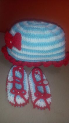 Gorro y zapaticos combinados tejidos en crochet.