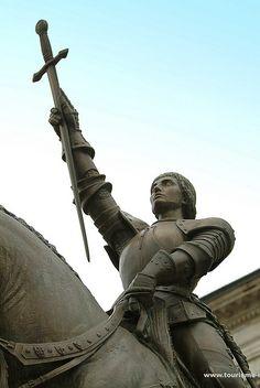 Statue Jeanne d'arc sur la place de l'hôtel de ville de Vaucouleurs.