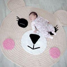 Hecho c Katia Big Ribbon Crochet Mat, Crochet Carpet, Crochet Home, Crochet For Kids, Bear Rug, Crochet T Shirts, Ribbon Yarn, Baby Kind, T Shirt Yarn