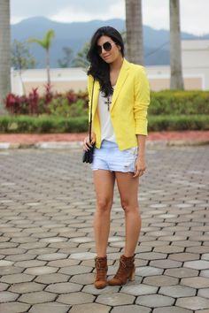 look do dia blazer amarelo short jeans bota fashion moda estilo borboletas na carteira-2