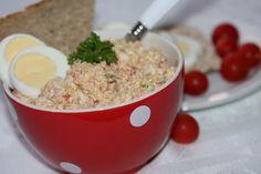 Zeleninu, salám a vajíčka umeleme, přidáme majonézu, osolíme opepříme. Mažeme na veku nebo toustový chléb, dozdobíme libovolně dle chuti.