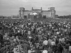 """Die Musik überwindet die Mauer Schön war die Zeit, als die Welt noch in Ordnung war - West-Berlin in pictures #96: Music - overcoming the Wall """" Blick über einen Teil der 60.000 Zuschauer beim Konzert..."""