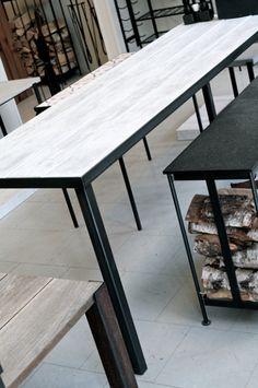 industri, modernt utebord, bord på altanen, järn och grova plank