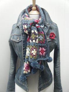 Bufanda (o chal) a crochet, formado con grannies... Me encanta la combinación de colores y como queda con la cazadora vaquera.                                                                                                                                                                                 More