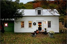 Falling over at the adorableness of this little cottage.  beachbungalow8