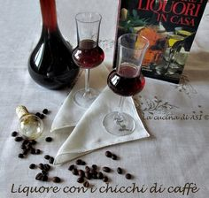 LIQUORE con i   CHICCHI DI CAFFE Ricetta liquore casalingo Cocktail Drinks, Alcoholic Drinks, Cocktails, Limoncello, Preserving Food, Wine Decanter, Coffee Time, Healthy Drinks, Red Wine