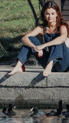 Selena Gómez - Enjoying the 🦆ucks. Instead of Performing Them👀 Miley Cyrus Pictures, Selena Gomez Pictures, Selena Gomez Fotos, Selena Gomez Style, Beautiful Celebrities, Beautiful Actresses, Hispanic Women, Barefoot Girls, Gorgeous Feet