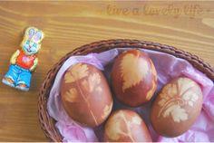 Una tradición que me traje del Este: huevos de Pascua con tinte natural.Traditional Easter eggs dyed with onion skin
