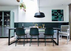 Eethoek met lambrisering en groene stoelen bij Els en Marcel uit aflevering 6, seizoen 7 | Make-over door Frans Uyterlinde | Fotografie Barbara Kieboom