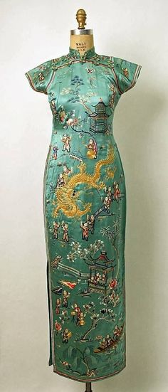 "This is one of the most beautiful cheongsam I've ever seen. Dress ""The modern qipao (or cheongsam in Cantonese) was developed in Shanghai in the and was popularized by wealthy socialites. It was much more fitted than the original loose-fitting qipao. 1930s Fashion, Moda Fashion, Asian Fashion, Vintage Fashion, Vintage Outfits, Robes Vintage, Vintage Dresses, Chinoiserie, Fashion Bubbles"