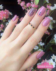 Esmalte Espartilho Vult + Adesivo de Rosas Pretas | Esmalte Bonito Nail Ring, Nail Manicure, Nail Polish, Pedicure, Feather Nail Art, Uñas Fashion, Cute Nail Art Designs, Nail Jewelry, Stamping Nail Art