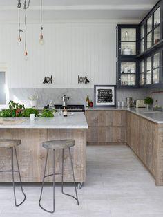 bielone drewno na frontach kuchennych,czarne wiszące witrynki,żarówki na kablach i industrialne…