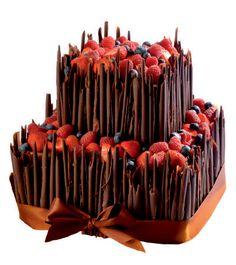 Speciální dort 10 Dvoupatrový speciální dort, čtvercové podstavy, o rozměrech 20 X 20 cm a 30 X 30 cm,dozdoben bílými či hnědými čokoládovými ruličkami, čerstvým ovocem a saténovou stuhou.