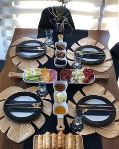 Dining Table Decor Everyday, Table Decor Living Room, Dining Rooms, Breakfast Presentation, Food Presentation, Comment Dresser Une Table, Food Decoration, Table Decorations, Brunch Mesa